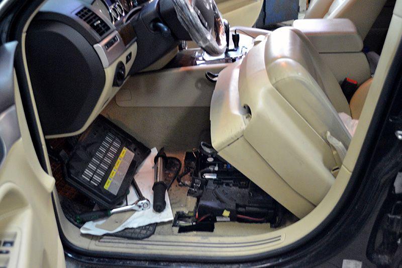 аккумулятор у туарега под сиденьем